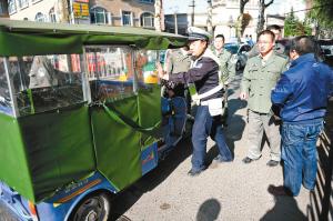 长安路沿线集中整治非法营运两轮三轮车 确保交通顺畅 市民出行安全